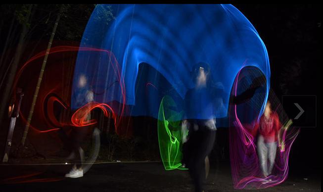 5月21日,石燕湖上演了一场别开生面的荧光夜跑活动。不少身着奇装异服的年轻人,在景区的跑道上,恣意挥洒汗水,享受运动的快感。他们荧光服,在空气中营造出各色光晕,而这足以点亮夜晚的荧光色,也代表着年轻人的激情与活力。跑步可以,但一定得玩出些不一样的味道。  相比起其他的跑步项目,荧光跑重在参与,淡化竞争,更具观赏性和趣味性,同时也更加疯狂和炫酷,就像一场无关速度,有关尽兴的狂欢。  闪亮亮的夜空,青春激情的奔跑晚上,偶尔改变一下,来一次荧光夜跑怎么样,炫酷的夜光,伴随着跃动的步伐不一样的光影。在初夏之夜里,
